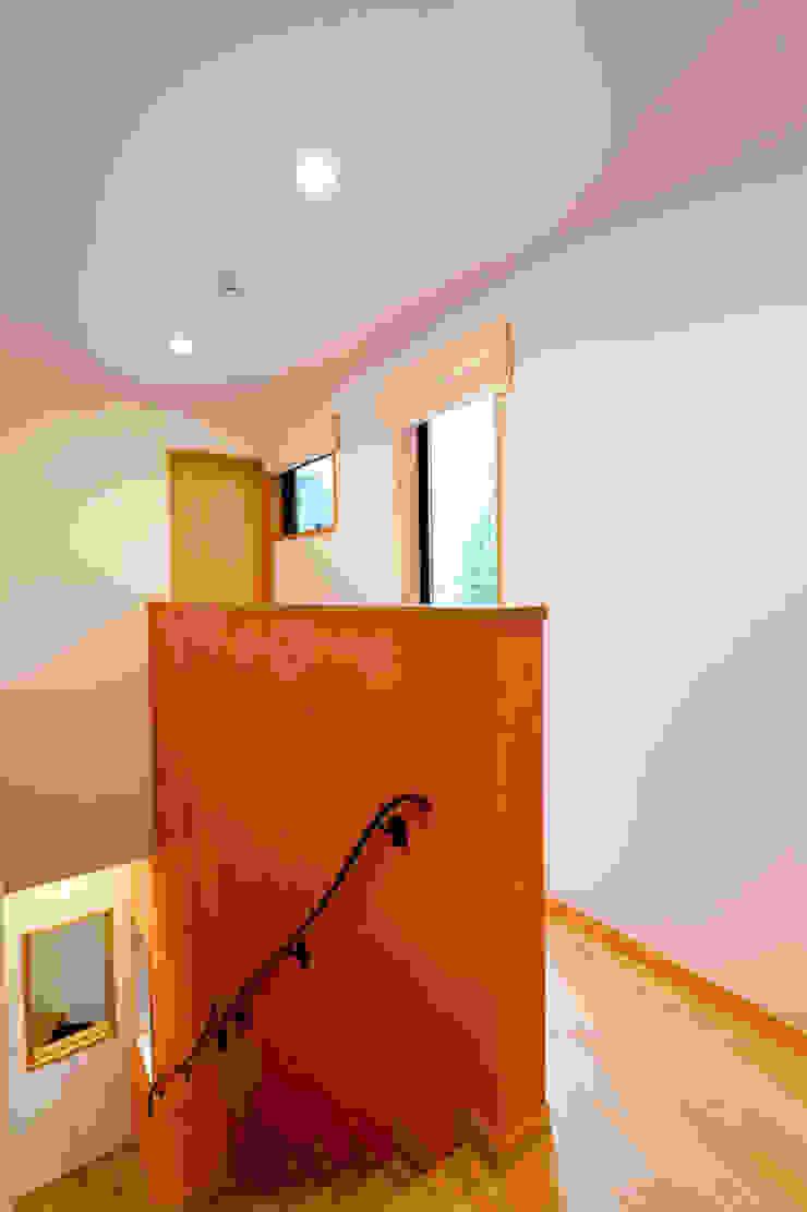 階段と2階廊下: アルキテク設計室が手掛けた折衷的なです。,オリジナル