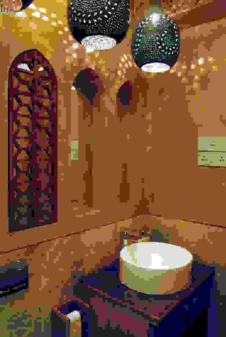 Fusion interiors Minimalist bathroom by The Orange Lane Minimalist