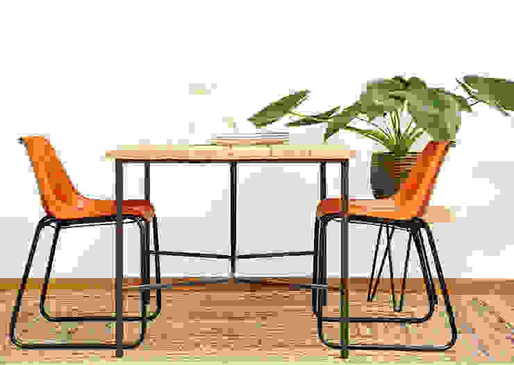 Mesa de madera maciza de eucalipto y acero. Sillas de cuero natural.:  de estilo industrial de Cube Deco, Industrial