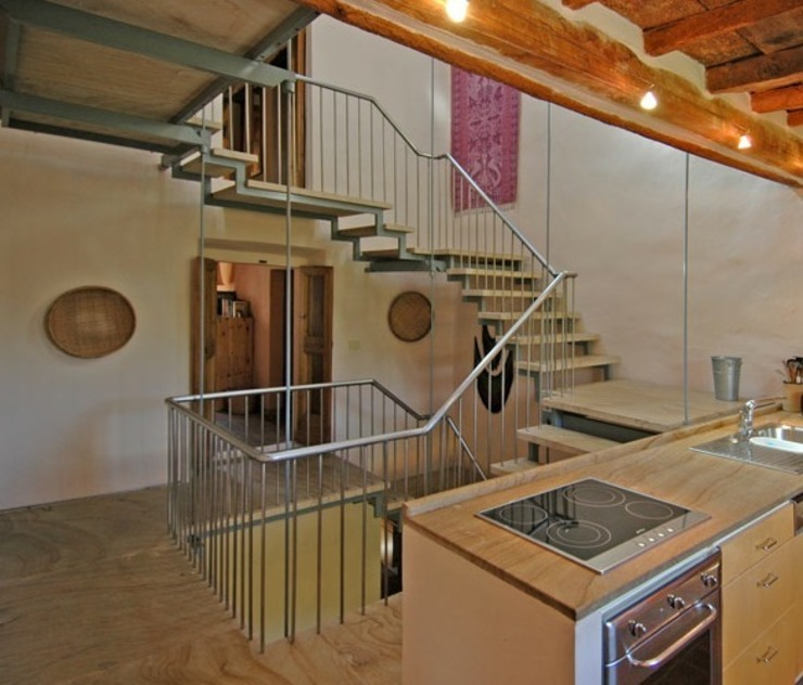 Staircase view from the kitchen: minimalist  by Peter Bell Architects, Minimalist