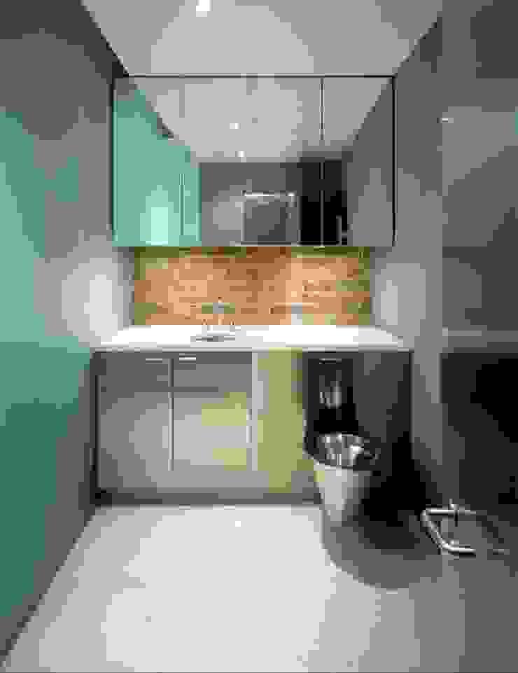 Wetroom Minimalist bathroom by Peter Bell Architects Minimalist