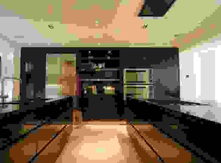 Kitchen in Zabrano Ebony Veneer Modern kitchen by Peter Bell Architects Modern