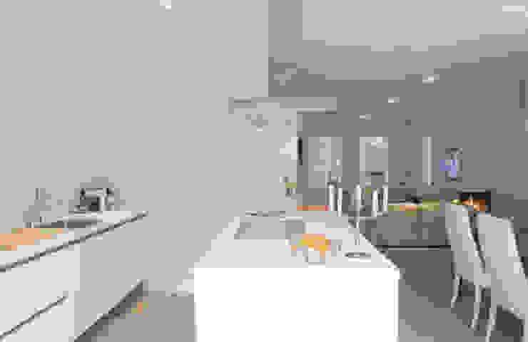Woonhuis Bergen Minimalistische keukens van By Lenny Minimalistisch