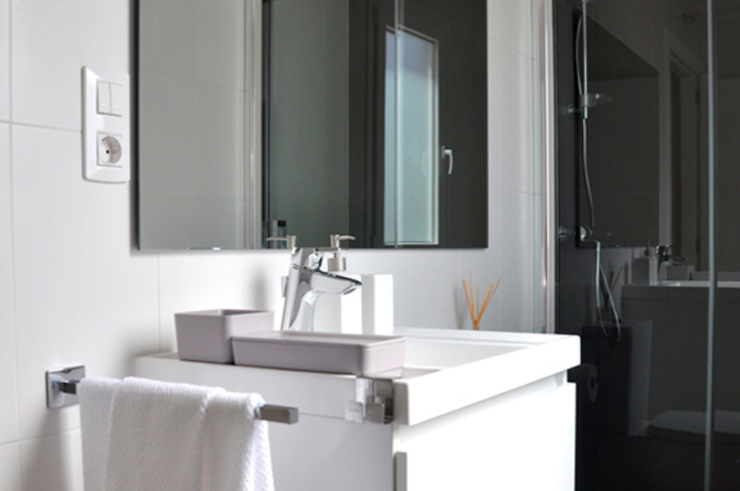 Casa piloto Cube. Baño. Casas de estilo moderno de Casas Cube Moderno