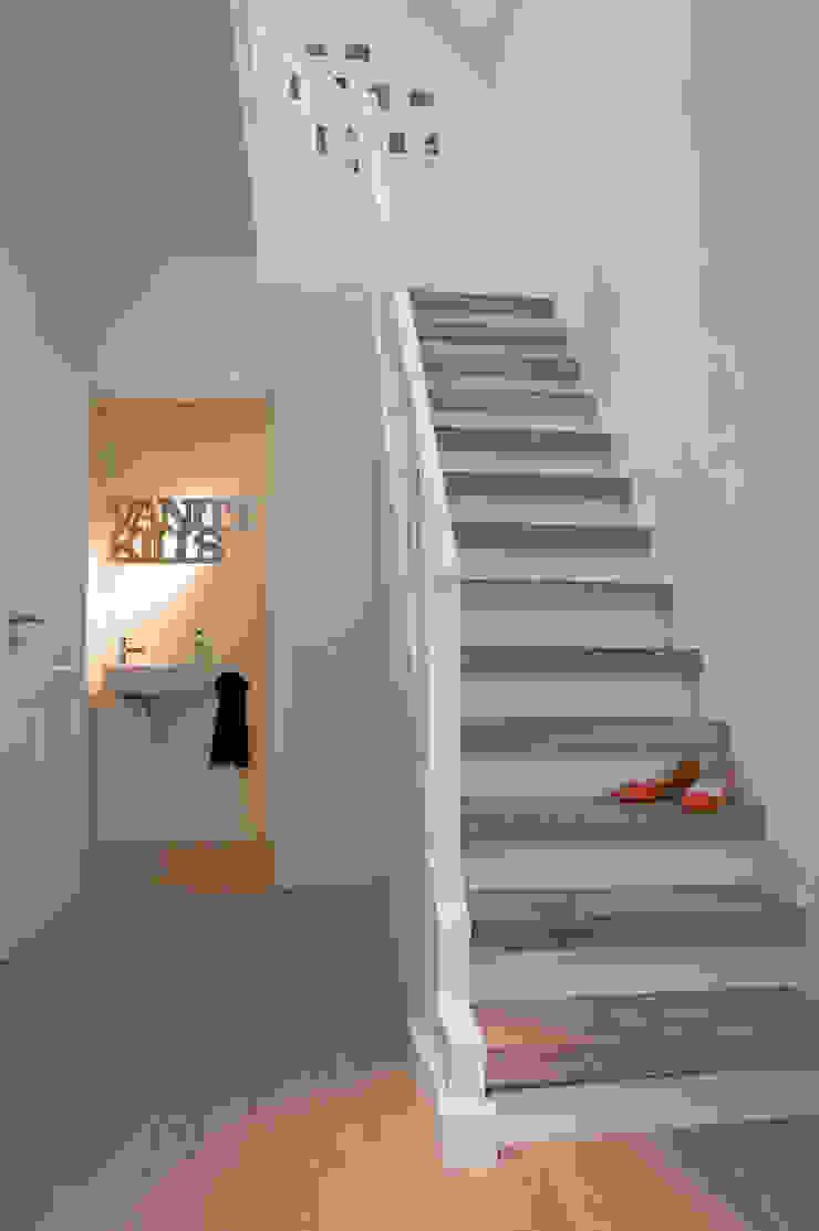 Woonhuis Bergen Minimalistische gangen, hallen & trappenhuizen van By Lenny Minimalistisch