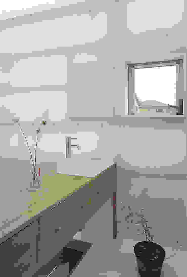 House in Yamasaki Salle de bain originale par 島田陽建築設計事務所/Tato Architects Éclectique