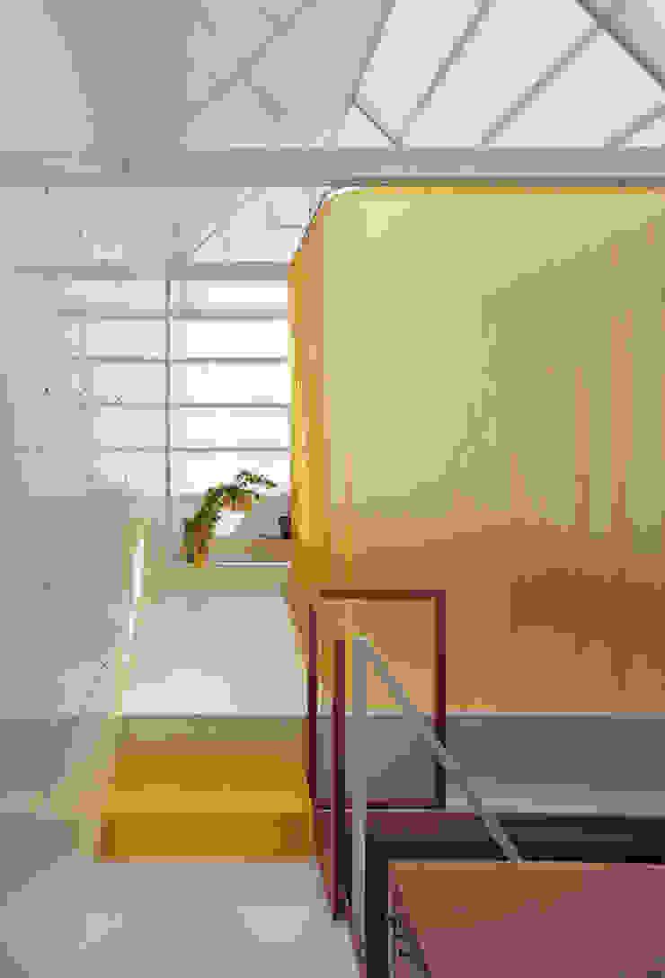 House in Yamasaki Couloir, entrée, escaliers originaux par 島田陽建築設計事務所/Tato Architects Éclectique