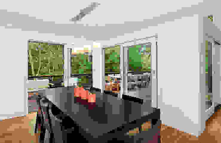 Modern Beach House, New York Modern dining room by Eisner Design Modern