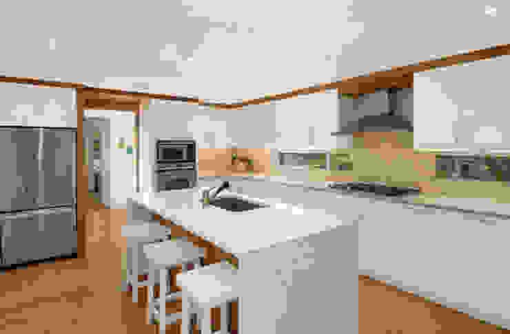 Modern Beach House, New York Modern kitchen by Eisner Design Modern