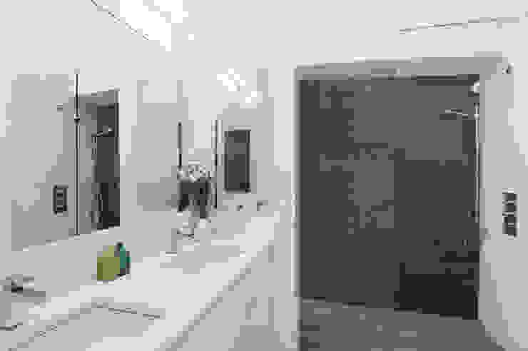 Modern Beach House, New York Modern bathroom by Eisner Design Modern
