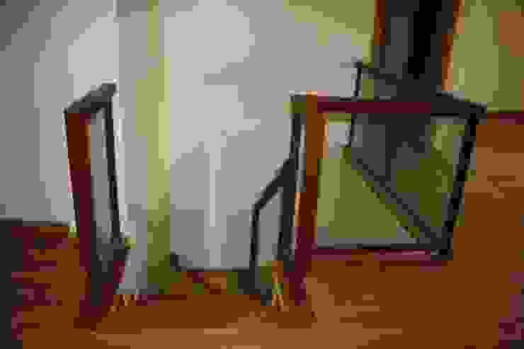 Pasamanos de escalera Pasillos, vestíbulos y escaleras de estilo rústico de MUDEYBA S.L. Rústico