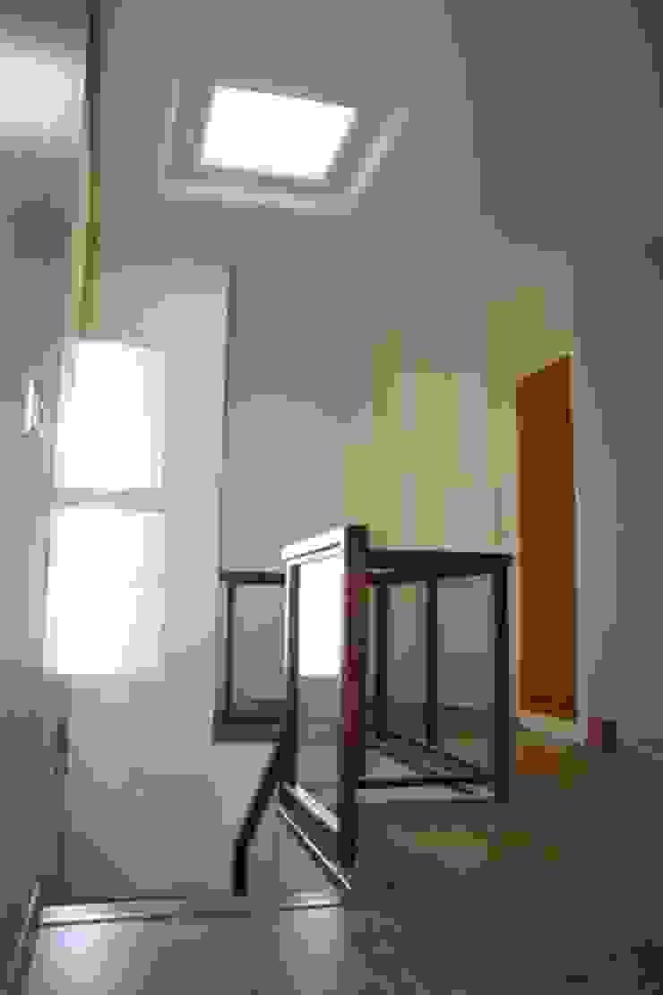 Pasamanos y puerta de armario en roble Pasillos, vestíbulos y escaleras de estilo rústico de MUDEYBA S.L. Rústico