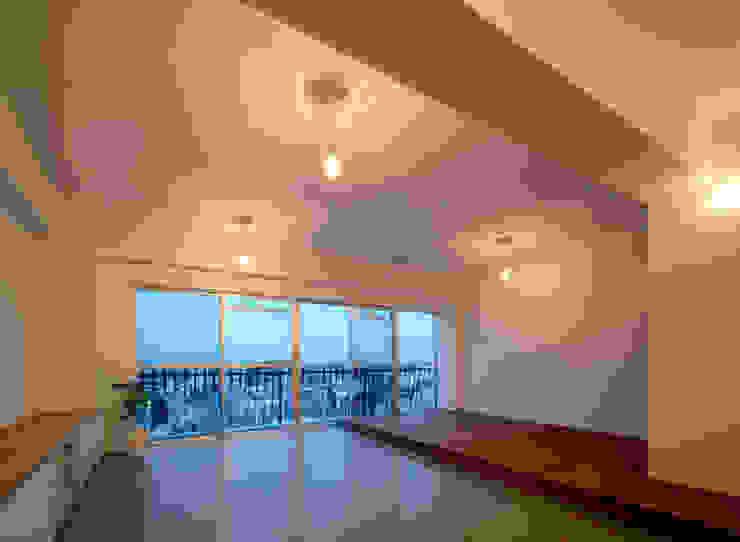 下馬の住宅 / House in Shimouma モダンデザインの リビング の Niji Architects/原田将史+谷口真依子 モダン