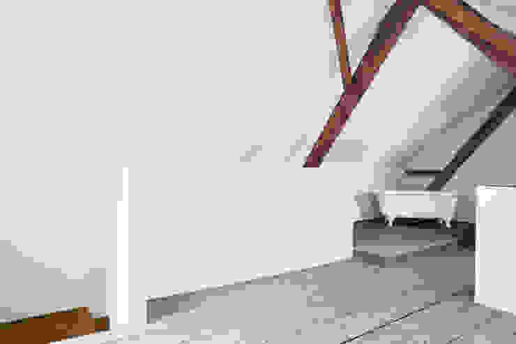 Mehrfamilienhaus und Scheune, Zwillikon Moderne Badezimmer von novaron Architekten AG Modern