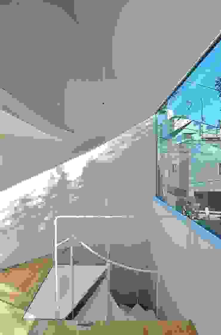 鷹番の長屋 / Townhouse in Takaban ミニマルデザインの リビング の Niji Architects/原田将史+谷口真依子 ミニマル