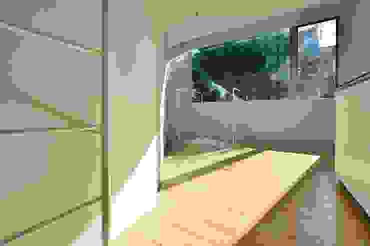 鷹番の長屋 / Townhouse in Takaban ミニマルデザインの ダイニング の Niji Architects/原田将史+谷口真依子 ミニマル