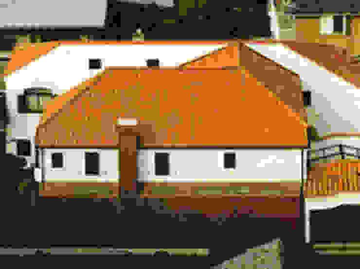 中庭に暮らすスペイン風パティオのある目白の家バードアイビュー外観 地中海風 家 の 株式会社 山本富士雄設計事務所 地中海 陶器