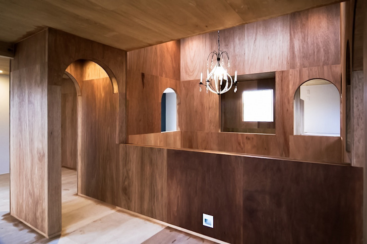 Ik-house ラスティックな 多目的室 の AtelierorB ラスティック