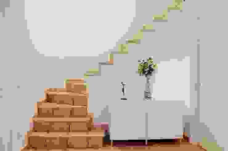 Sottoscala dopo Ingresso, Corridoio & Scale in stile moderno di LET'S HOME Moderno
