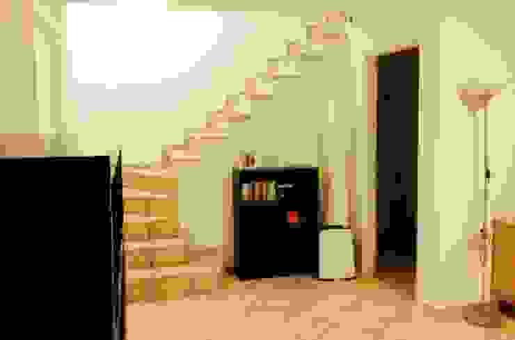 Sottoscala prima Ingresso, Corridoio & Scale in stile moderno di LET'S HOME Moderno