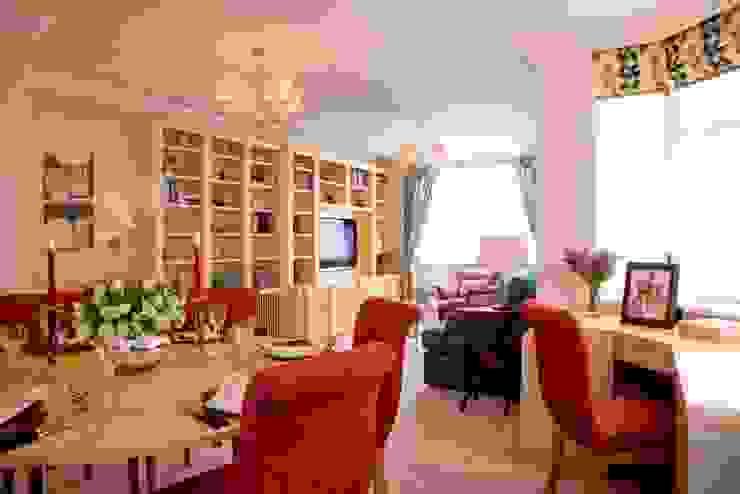 Living Room with bespoke Mape desk and joinery housing TV. Salon classique par Meltons Classique