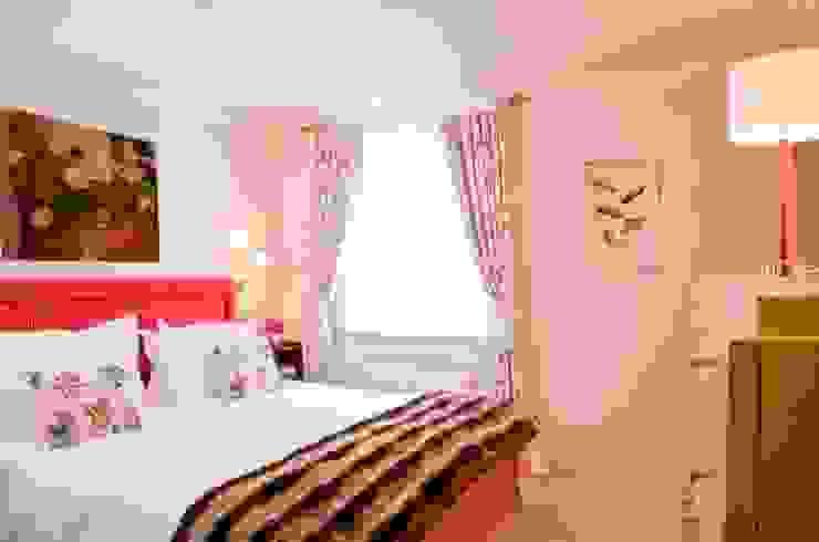 Master Bedroom with fabric walling Chambre classique par Meltons Classique