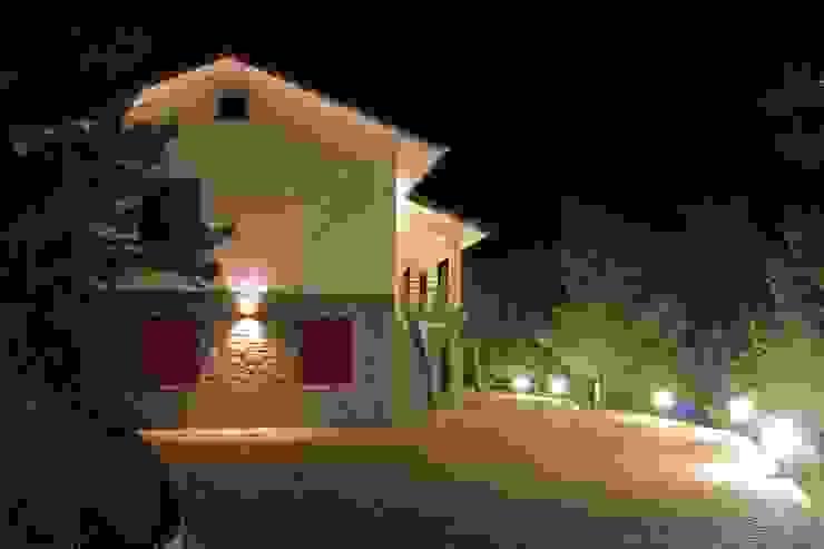 Vista notturna esterna Giardino in stile rustico di AreaNova officina di architettura Rustico