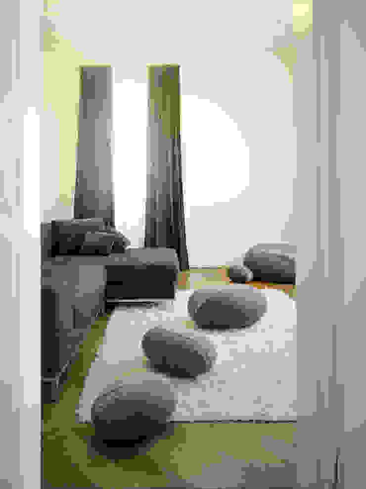 现代客厅設計點子、靈感 & 圖片 根據 Yeh Design 現代風
