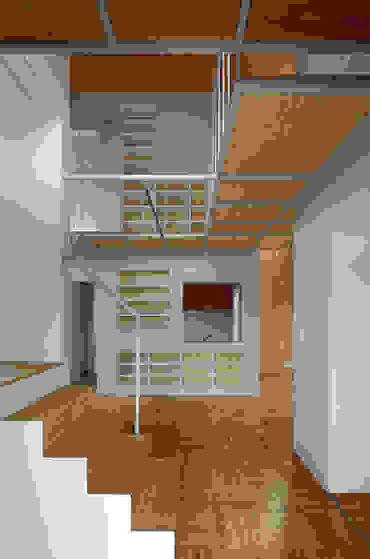 アトリエ ヴォイド・セット一級建築士事務所 Modern corridor, hallway & stairs