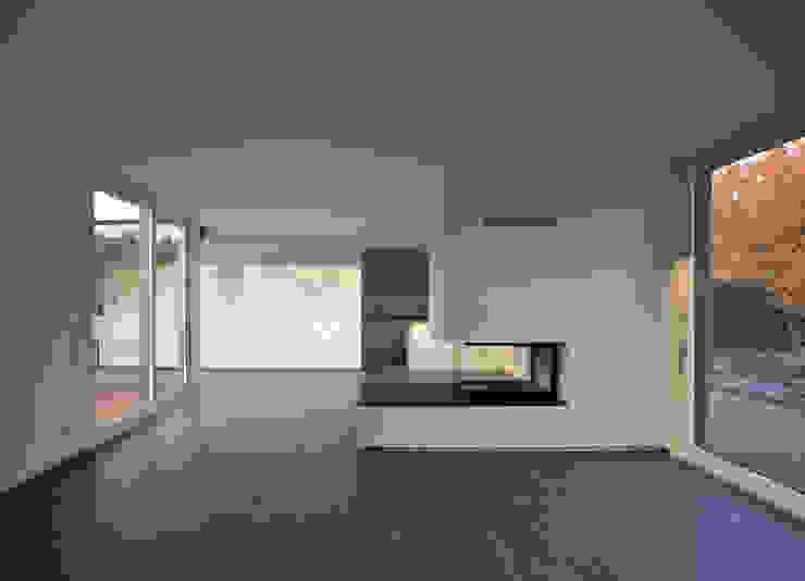 Modern living room by (pfitzner moorkens) architekten PartGmbB Modern
