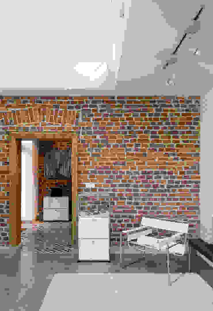 Pasillos, vestíbulos y escaleras modernos de REFORM Konrad Grodziński Moderno