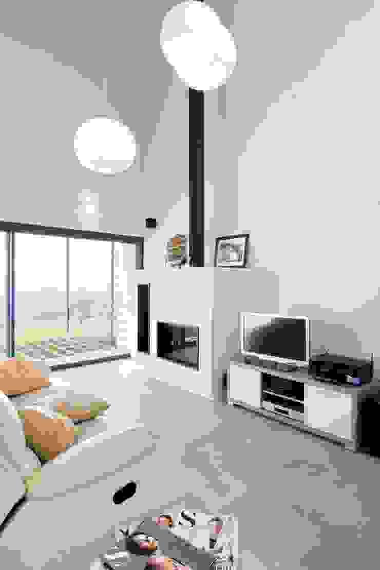 HOUSE HABITAT Ruang Keluarga Gaya Mediteran