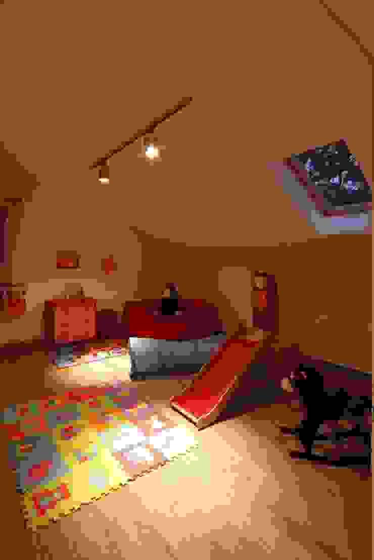 Dormitorios infantiles modernos: de REFORM Konrad Grodziński Moderno