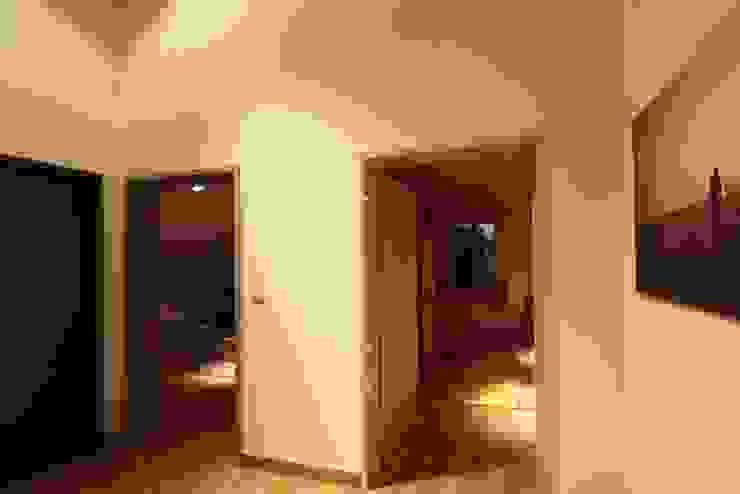 Ingresso, Corridoio & Scale in stile moderno di REFORM Konrad Grodziński Moderno