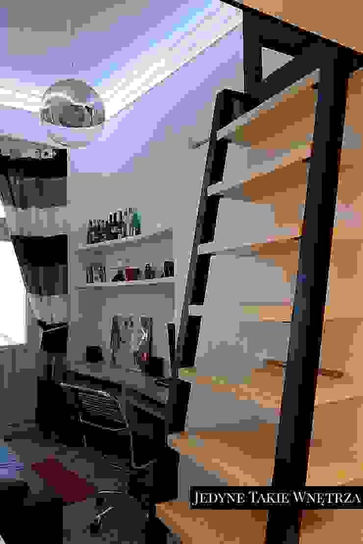 16m2 salon z kuchnią i antresolą Nowoczesny salon od JedyneTakieWnętrza Nowoczesny