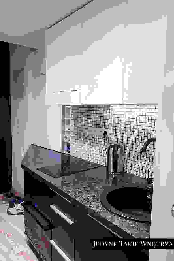 16m2 salon z kuchnią i antresolą Minimalistyczna kuchnia od JedyneTakieWnętrza Minimalistyczny