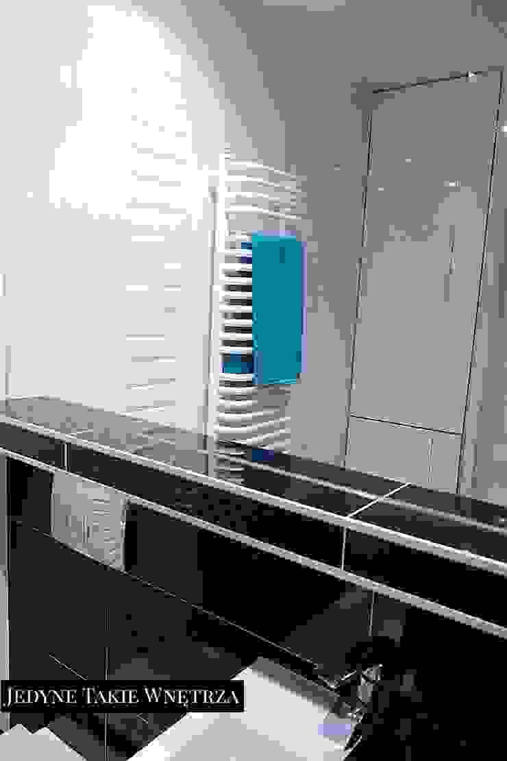 16m2 salon z kuchnią i antresolą Minimalistyczna łazienka od JedyneTakieWnętrza Minimalistyczny