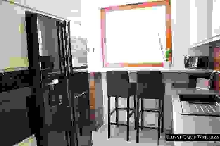Czarno-białe glamour w warszawskim mieszkaniu Klasyczna kuchnia od JedyneTakieWnętrza Klasyczny