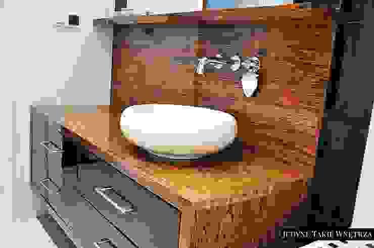 Czarno-białe glamour w warszawskim mieszkaniu Klasyczna łazienka od JedyneTakieWnętrza Klasyczny