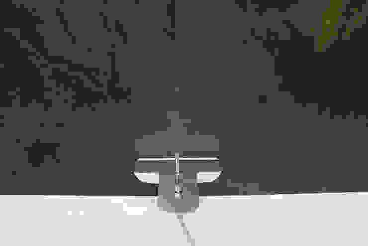 Łazienka w rozmiarze XS Minimalistyczna łazienka od KRY_ Minimalistyczny