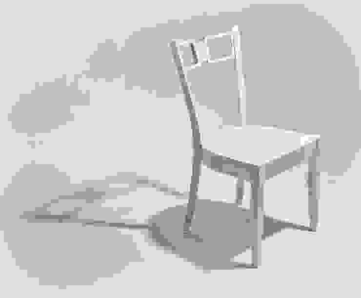 Krzesło z eleganckimi frezowaniami od Marcin Skubisz Group Klasyczny