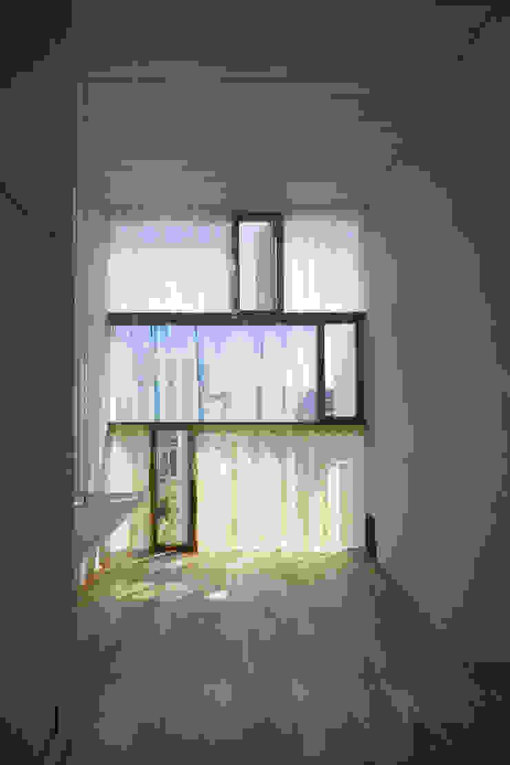 East window 1 ihrmk Modern windows & doors