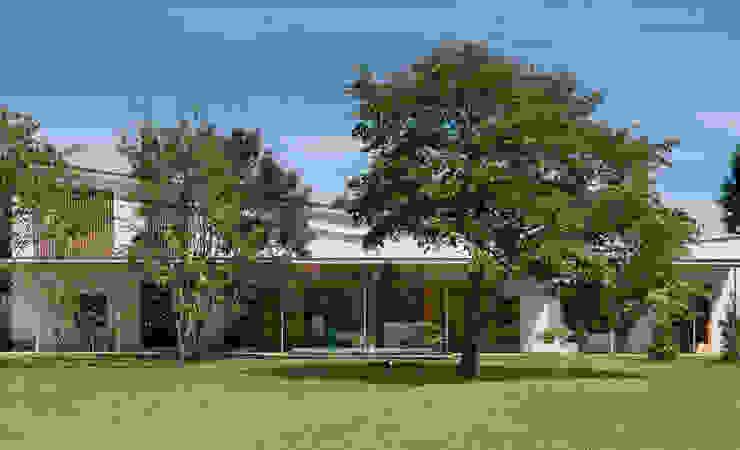 庭から望む家 オリジナルな 家 の Far East Design Labo オリジナル