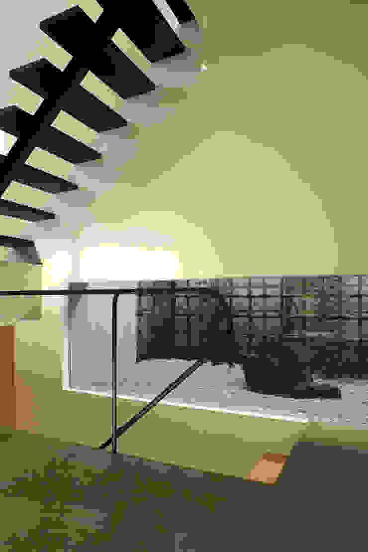 階段と庭 モダンスタイルの 玄関&廊下&階段 の Far East Design Labo モダン