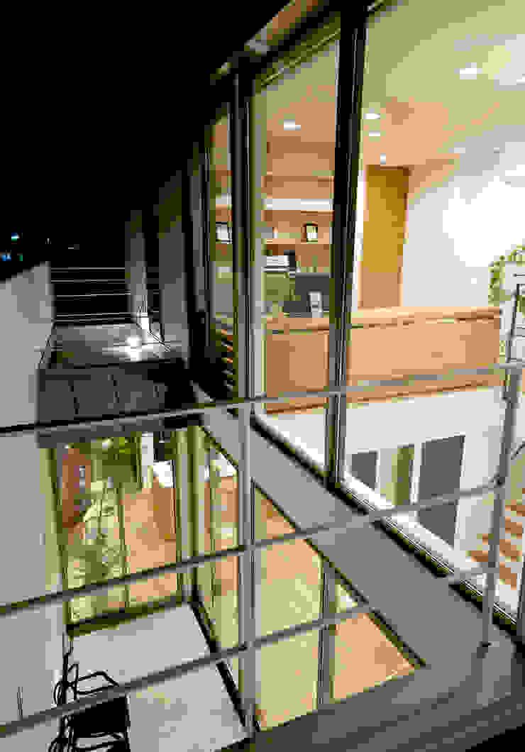 ベランダ モダンデザインの テラス の H建築スタジオ モダン