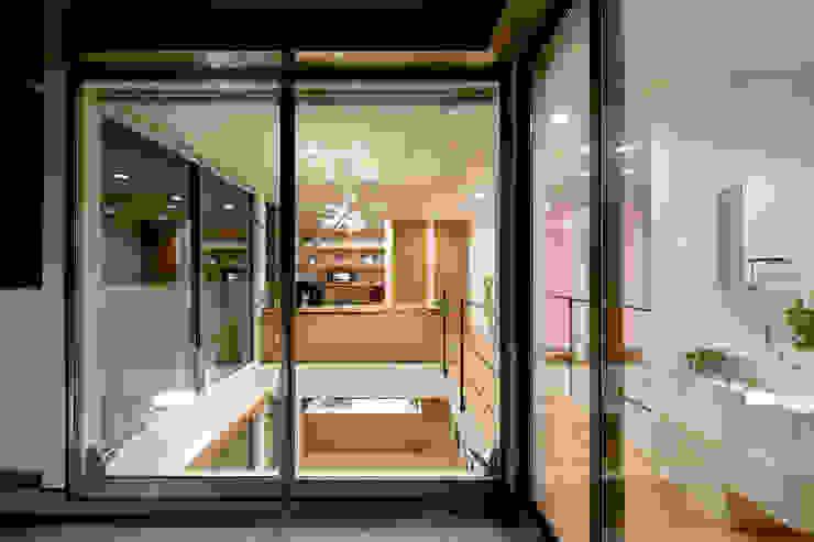 吹抜け モダンスタイルの 玄関&廊下&階段 の H建築スタジオ モダン