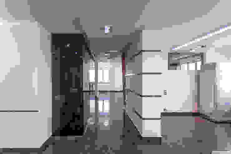 现代客厅設計點子、靈感 & 圖片 根據 Andrey Gulyaev Architects 現代風