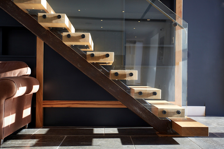 Single string stairs Pasillos, vestíbulos y escaleras modernos de Hart Design and Construction Moderno