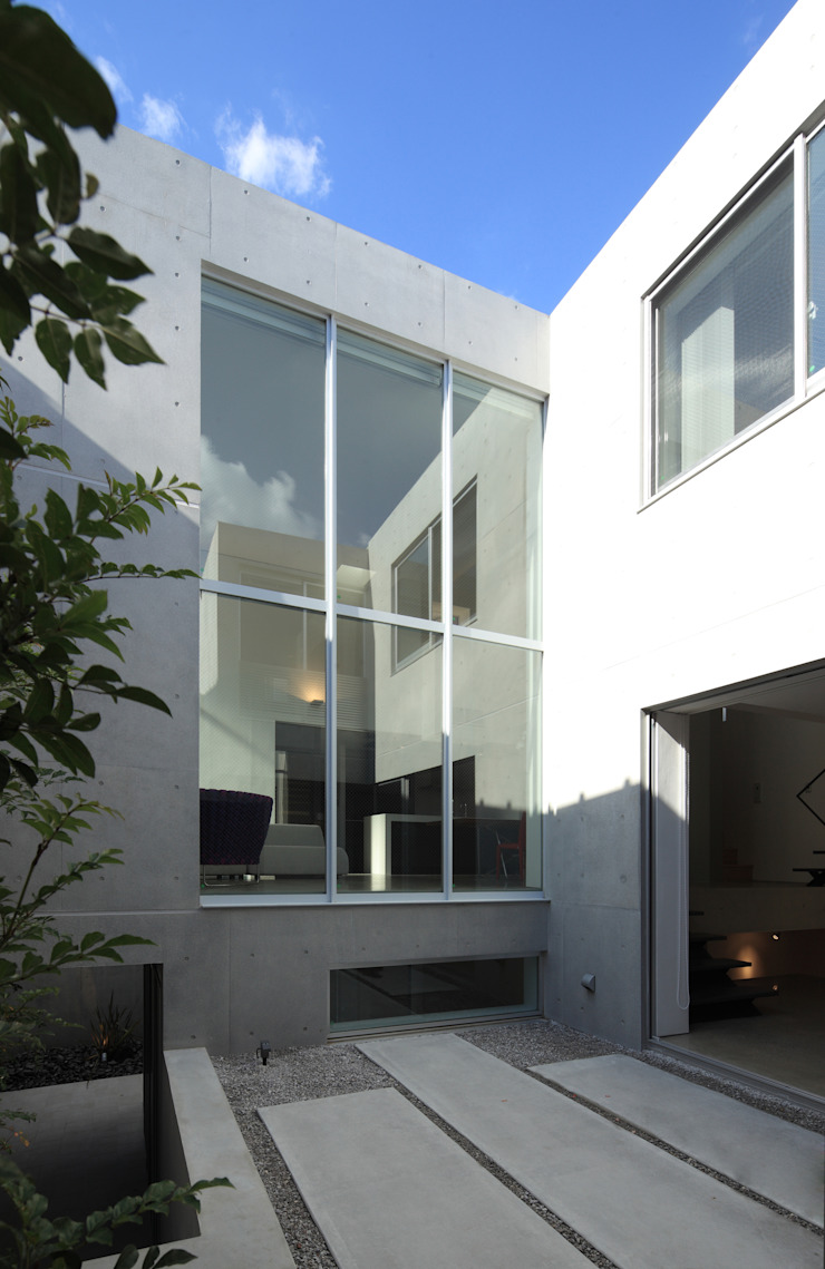 中庭テラス モダンな 家 の Far East Design Labo モダン