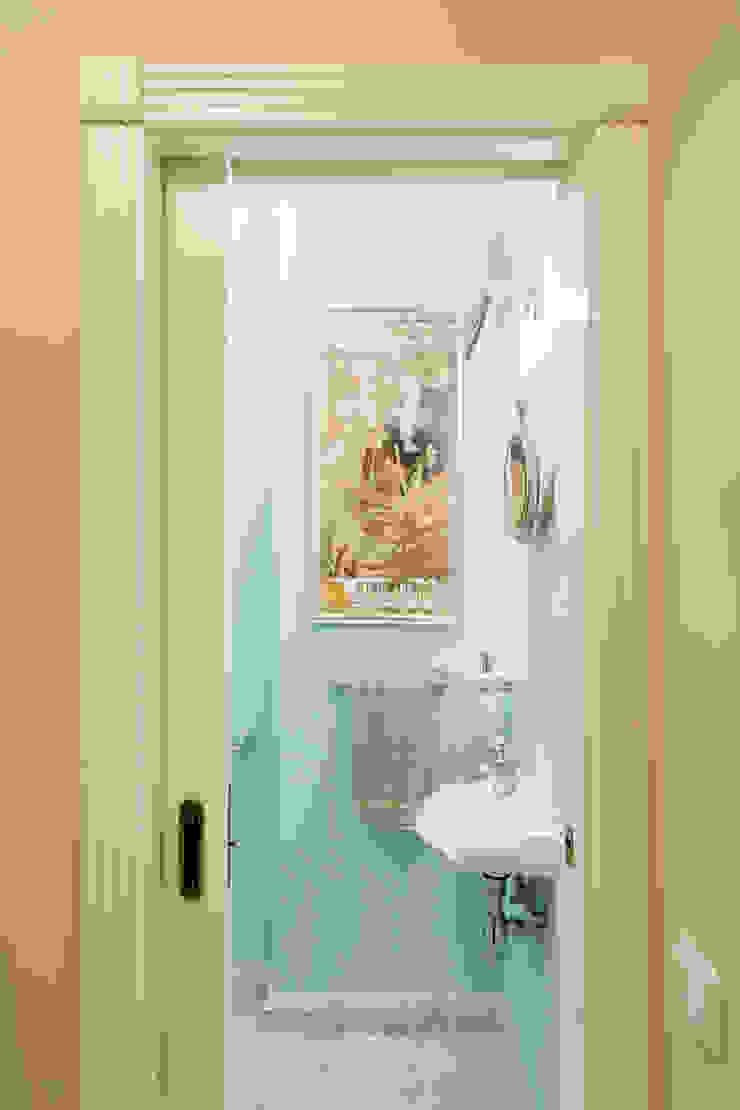 Вход в гостевой туалет Ася Бондарева Ванная в классическом стиле